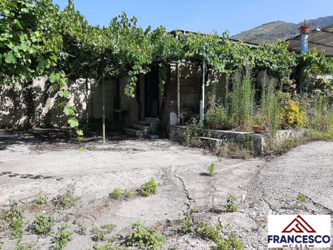 Fabbricato con giardino in vendita ad Angri Via Santa Maria Foce